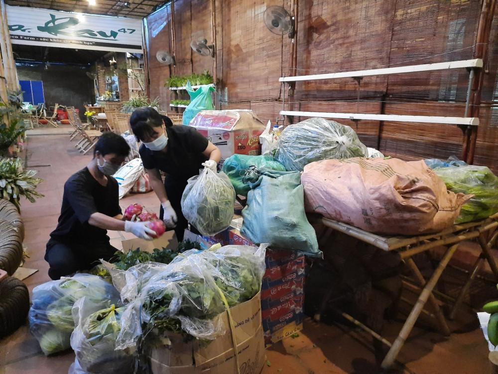 Mọi người đóng gói rau củ quả để mang đến nhà xe nhờ chở ra Đà Nẵng