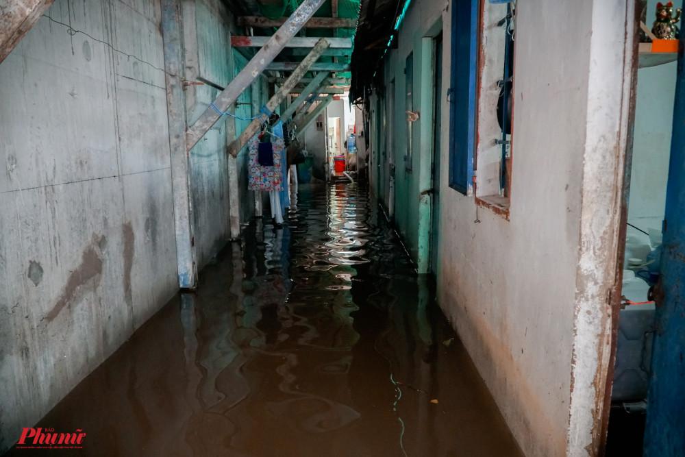 Nhiều nhà dân vẫn còn bị ngập khá nặng sau cơn mưa lớn tối qua