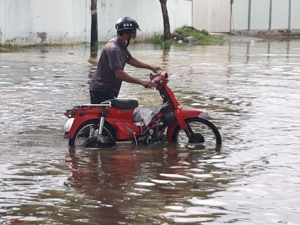 """Người dân địa phương mong muốn cơ quan chức năng sớm cải tạo hệ thống thoát nước để """"giải cứu"""" người dân nơi đây khỏi tình trạng ngập kéo dài."""