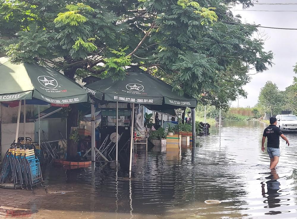 Ngập nước kéo dài đến gần trưa ngày 7/8 nên nhiều hàng quán ở khu dân cư này phải đóng cửa.