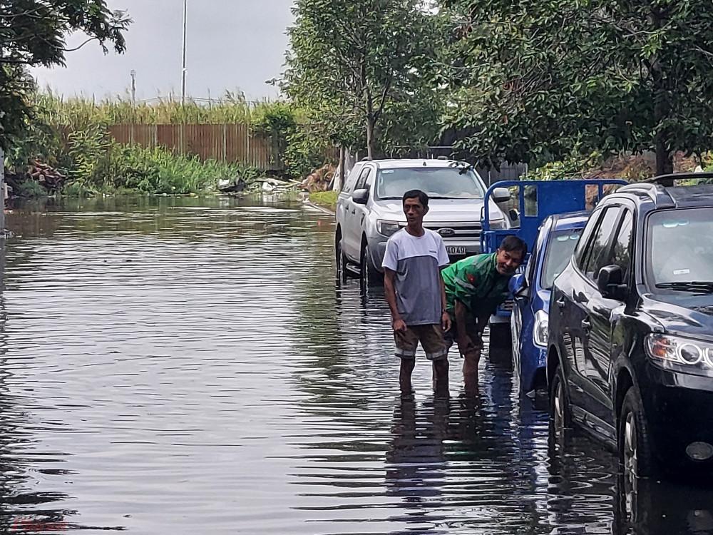 Sau trận ngập đêm qua, nhiều người dân lo lắng vì xe ô tô chết máy, hư hỏng do bị ngâm nước nhiều giờ liền.
