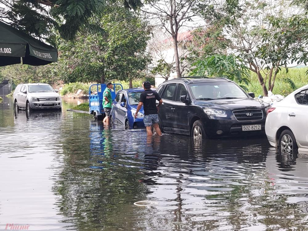 Vào mùa mưa hằng năm, các tuyến đường ở khu dân cư trên đường số 1 liên tục bị ngập sâu. Người dân địa phương cho biết, khu dân cư này nằm thấp hơn mặt đường nên thường xuyên bị ngập. Nước ngập tràn vào cả nhà dân khiến đời sống người dân ở đây rất khó khăn.