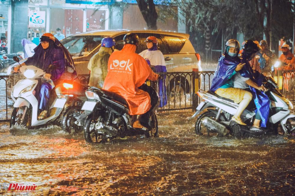 Đường Đinh Tiên Hoàng ngập sâu, khiến nhiều xe chết máy nhiều xe phải quay đầu tìm đường khác di chuyển thay vì lao vào rốn ngập
