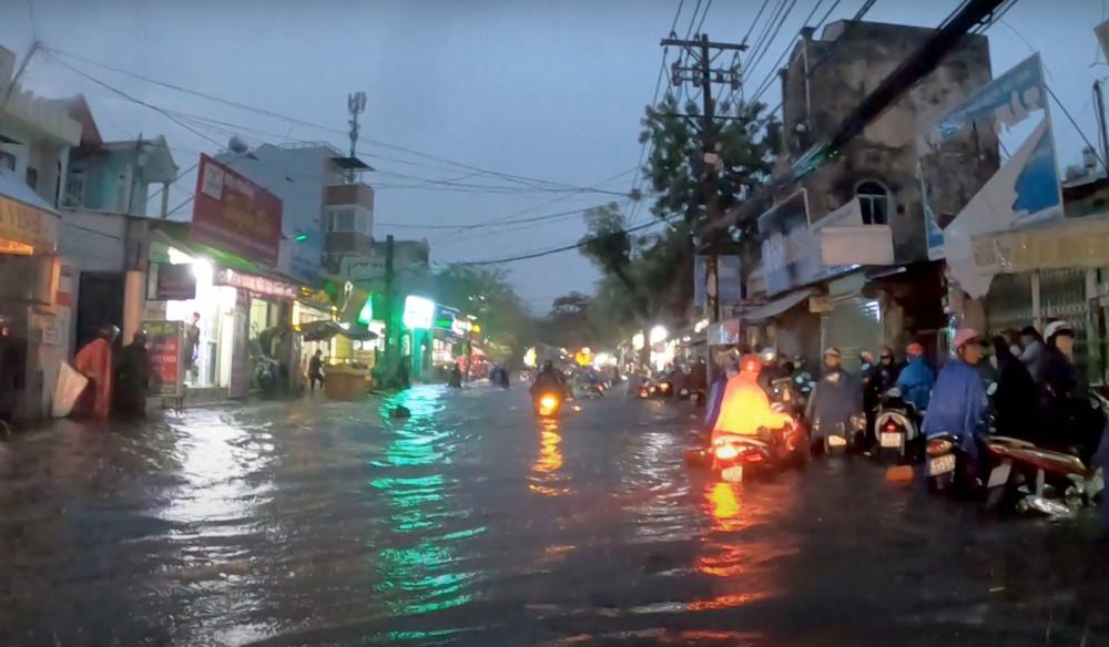 Cơn mưa kéo dài từ chiều 6/8 đến rạng sáng 7/8 đã biến TPHCM thành biển nước