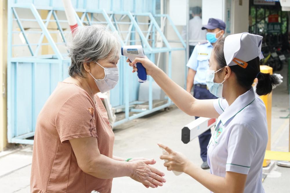 Nhân viên y tế tại Bệnh viện Quận 2 TPHCM sàng lọc COVID-19 cho người đến khám chữa bệnh.