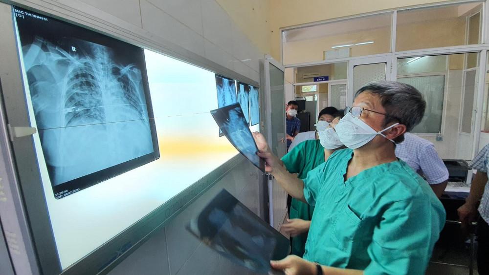 Thứ trưởng Bộ Y tế Nguyễn Trường Sơn đi kiểm tra công tác điều trị các bệnh nhân nặng tại Bệnh viện dã chiến Hòa Vang và Bệnh viện Phổi, Đà Nẵng.