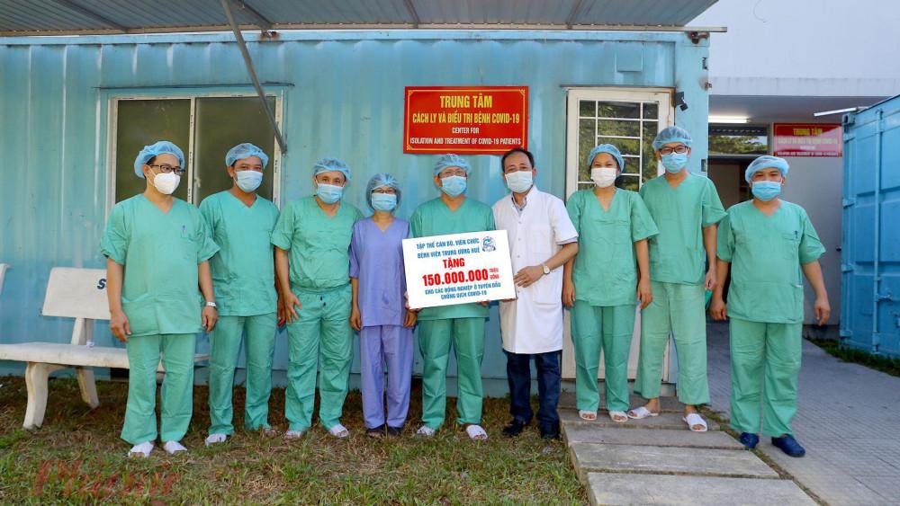 Tập thể cán bộ Bệnh viện T.Ư Huế tặng 150 triệu đồng cho đội ngũ y bác sĩ nơi tuyến đầu chống dịch tại Cơ sở 2 Bệnh viện T.Ư Huế