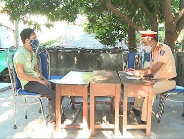Tài xế khai nhận đã cho xe chạy vòng đi đường làng để đưa khách từ Đà Nẵng ra Huế trốn cách ly. Ảnh: Thượng Hiển