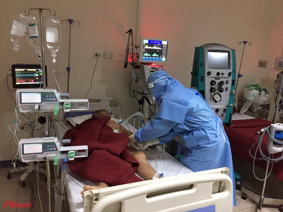 Một ca bệnh COVID-19 đang được đội ngũ y, bác sĩ Bệnh viện Trung ương Huế tích cực điều trị. Ảnh: TH.X