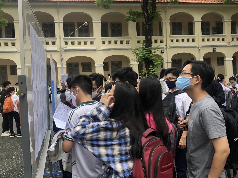 Thí sinh xem bảng hướng dẫn trước khi vào phòng thi tại điểm thi trường THPT chuyên Lê Hồng Phong