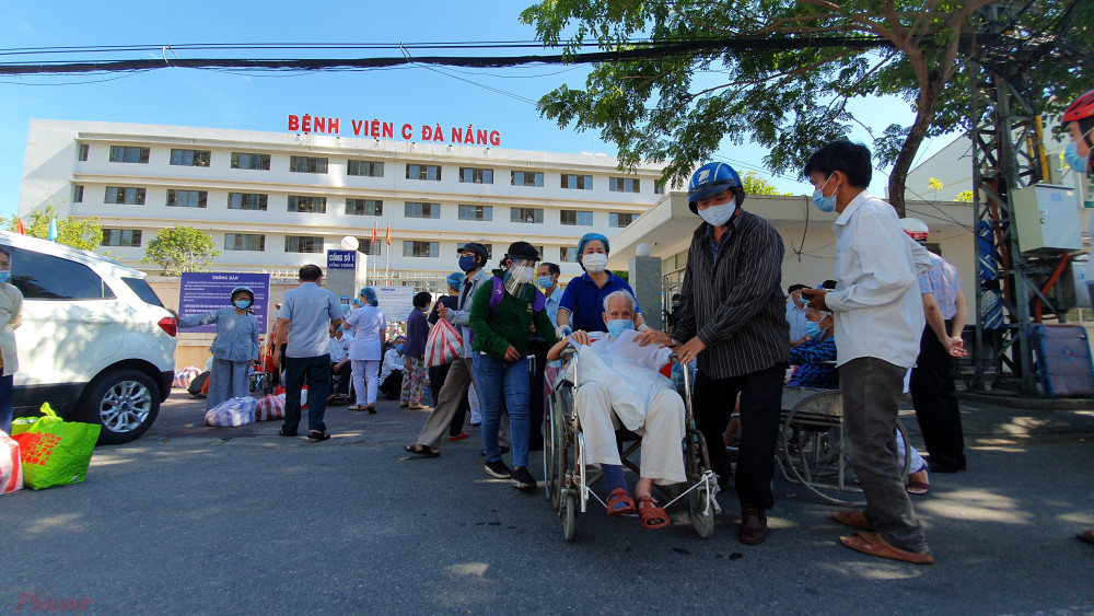 Người chữa bệnh trở về nhà sau khi Bệnh viện C được gỡ lệnh phong tỏa