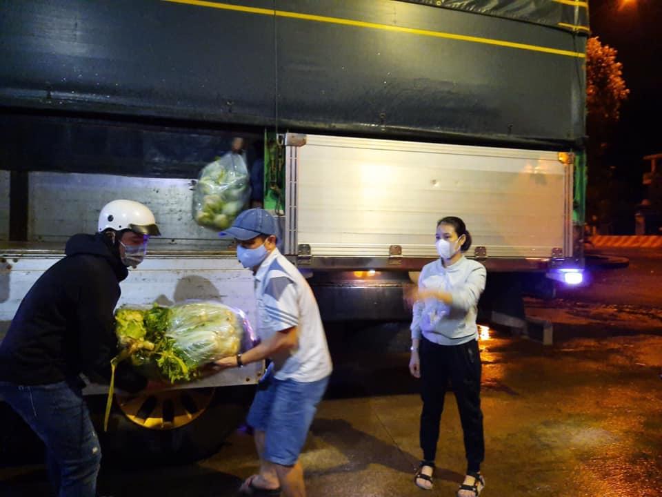 Rau củ quyên góp được chuyển đến nhà xe