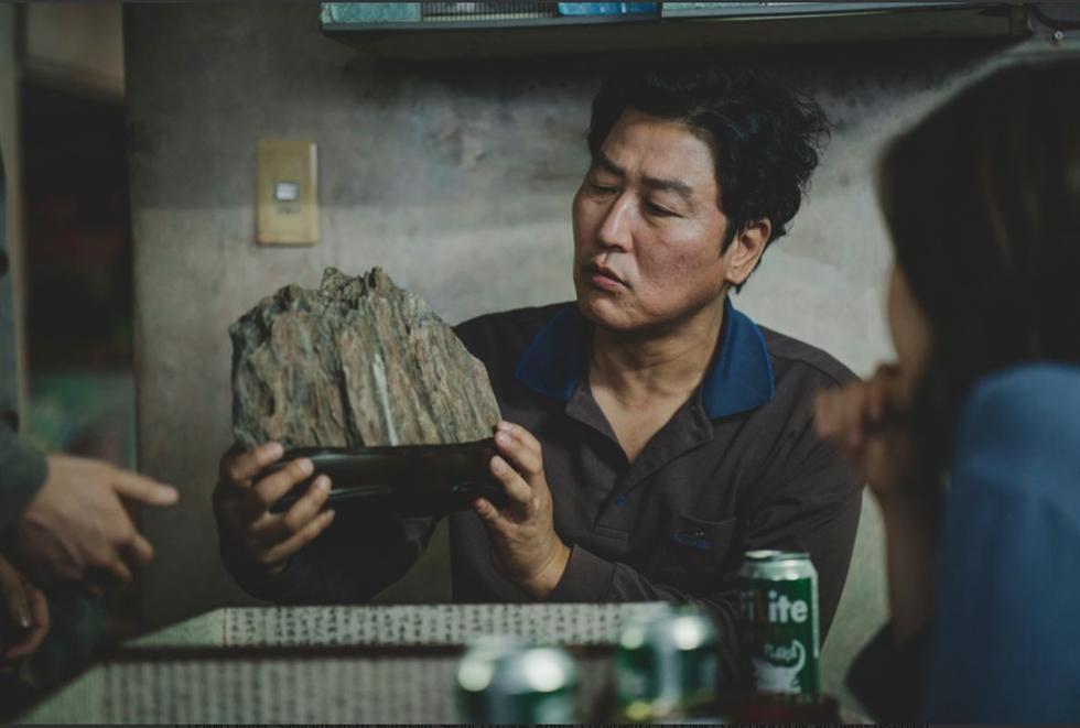 Tảng đá nhỏ được làm bằng vật liệu mềm trong Ký sinh trùng.