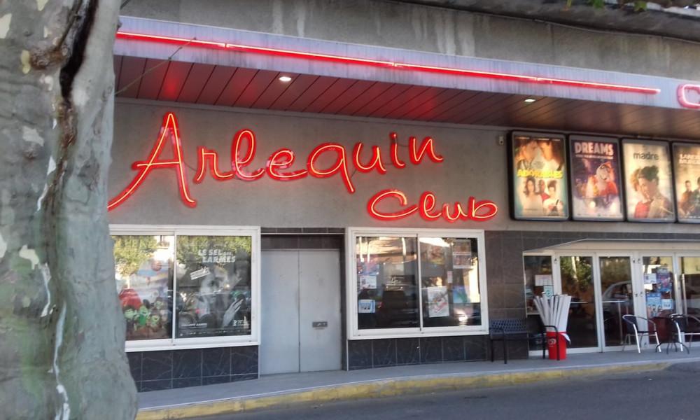 Arlequin Club (Pháp) vắng vẻ từ ngoài tiền sảnh