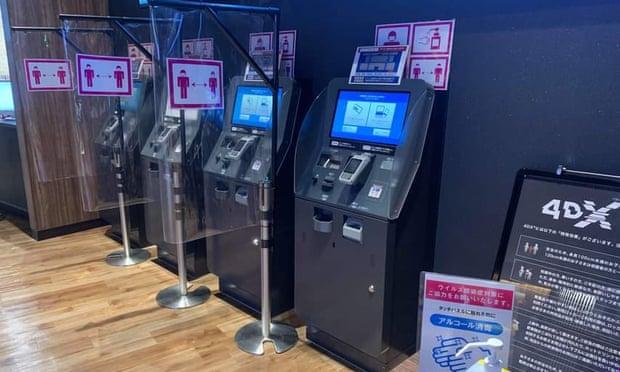 Những chiếc máy bán vé tự động được ngăn cách với nhau bằng kính ở Tokyo