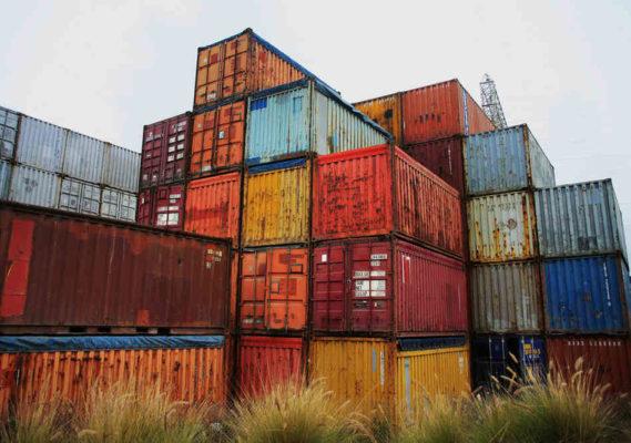 Những con tàu và container bị bỏ lại nhiều lúc do chủ ý của công ty vận tải nhằm mục đích buôn lậu, bỏ rác thải.