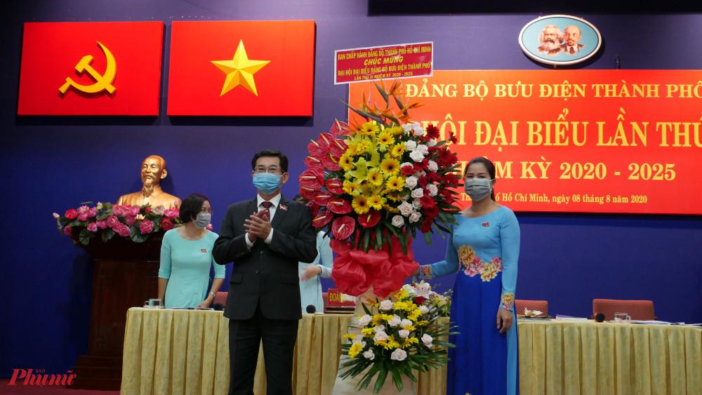 Chủ nhiệm Ủy ban Kiểm tra Thành ủy TPHCM Dương Ngọc Hải tặng hoa chúc mừng Đại hội đại biểu Bưu điện Thành phố