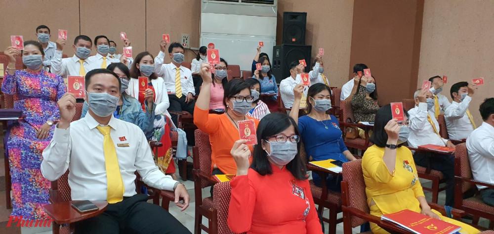 Đại biểu tham gia biểu quyết tại Đại hội.