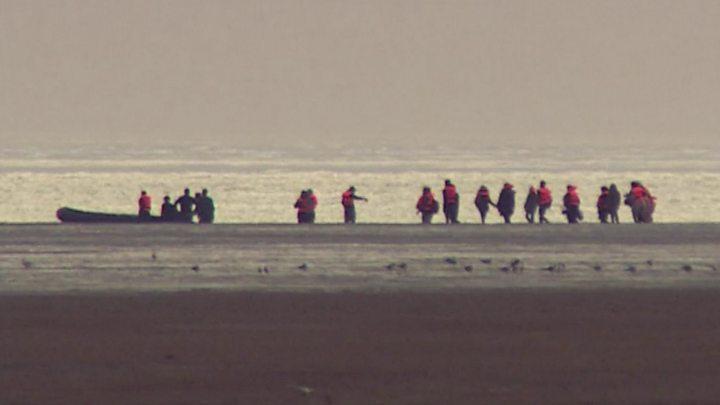 Cuộc khủng hoảng di cư Calais qua eo biển Manche (English Channel) vẫn chưa được hai nước Anh, Pháp thống nhất giải quyết - Ảnh: BBC/Getty Images