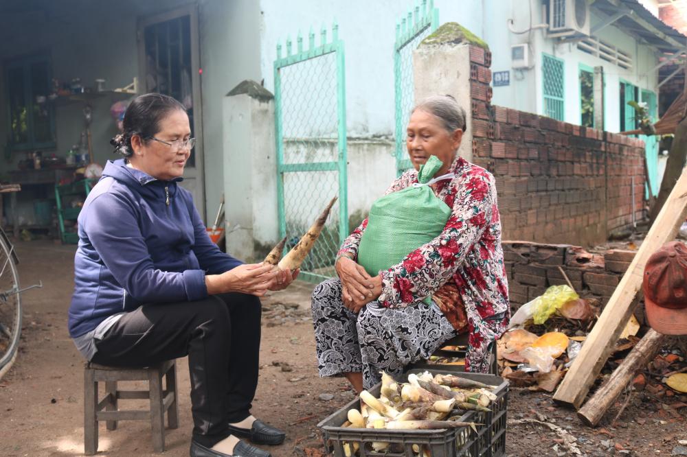 Ngoài cụ Muối, Tổ cán bộ Hội 10+1 phường Linh Xuân còn giúp đỡ nhiều hoàn cảnh đặc biệt khó khăn khác trong suốt mấy tháng qua.