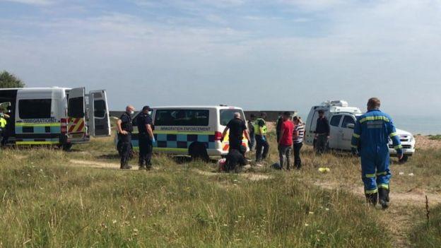 Các nhân viên của Lực lượng Di cư và Biên phòng ở Kingsdown, trên bờ biển Kent của English Channel - Ảnh: BBC