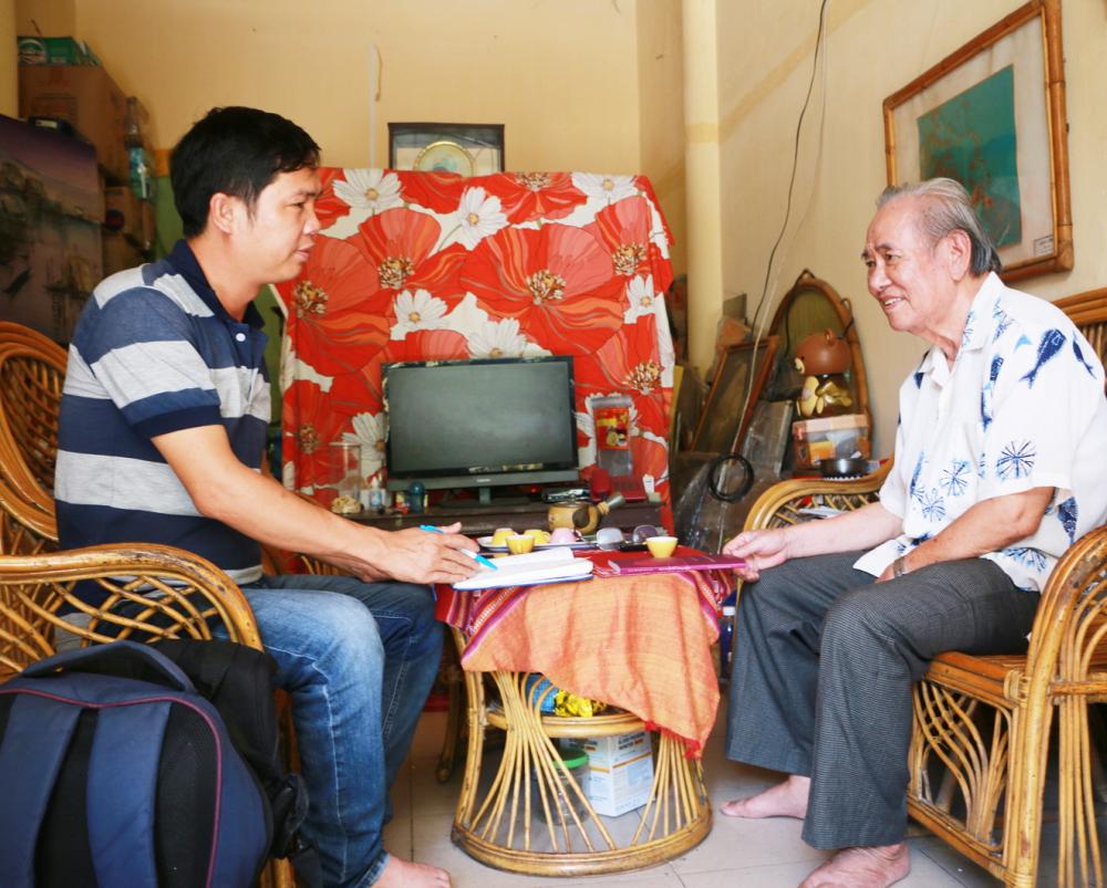 Nhà văn Nguyễn Quang Hà trò chuyện với phóng viên Báo Phụ Nữ TPHCM
