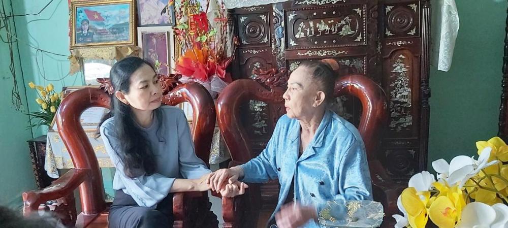 Bà Lâm Thị Ngọc Hoa - Phó chủ tịch thường trực Hội LHPN TP.HCM - thăm và nghe dì Hai Tuyết tâm sự