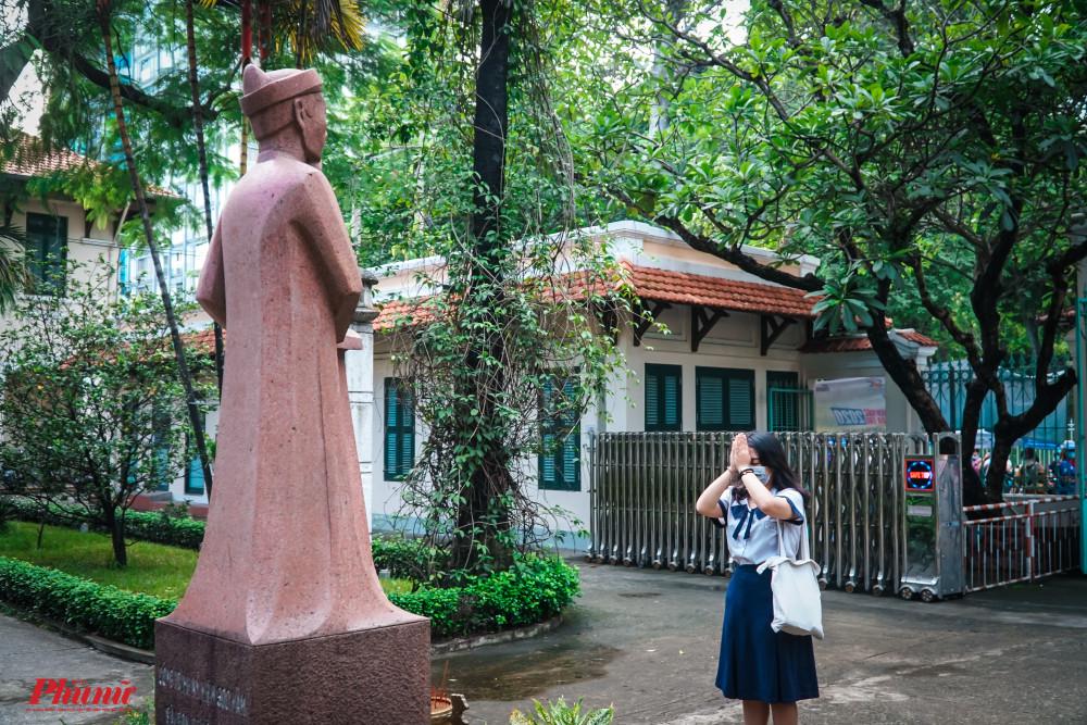 Từ tờ mờ sáng, các thí sinh đã đến điểm thi và cúi đầu trước tượng của nhà bác học Lê Quý Đôn