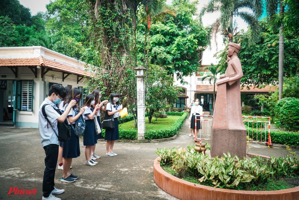 Nhóm thí sinh thắp nhang trước tượng của nhà bác học Lê Quý Đôn