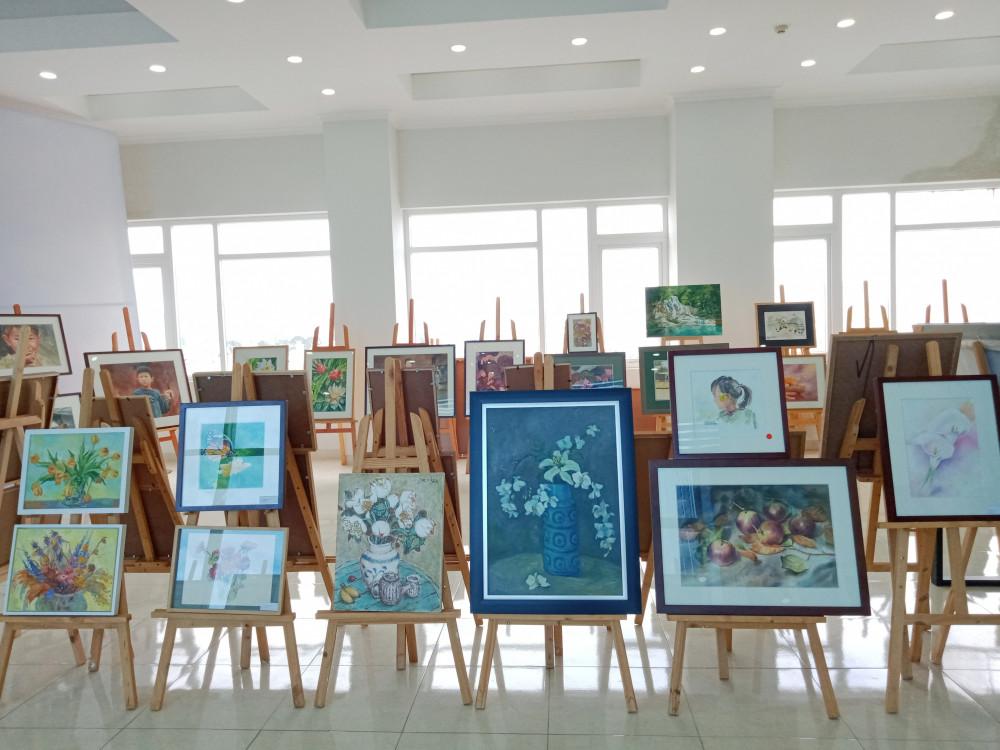 Triển lãm gồm những bức tranh lột tả tình yêu với trẻ em và phụ nữ Tây Bắc