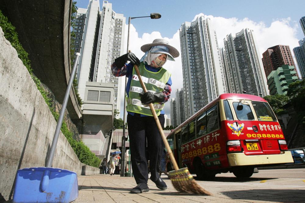 Người công nhân vệ sinh phải gánh vác công việc nặng hơn giữa đại dịch, với nguy cơ phơi nhiễm mỗi ngày - Ảnh: SCMP