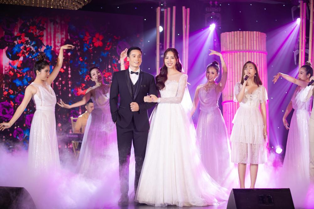 Hoa khôi Diệu Ngọc và nam vương Cao Xuân Tài trình diễn 2 thiết kế của Chung Thanh Phong được mang bán để ủng hộ chương trình