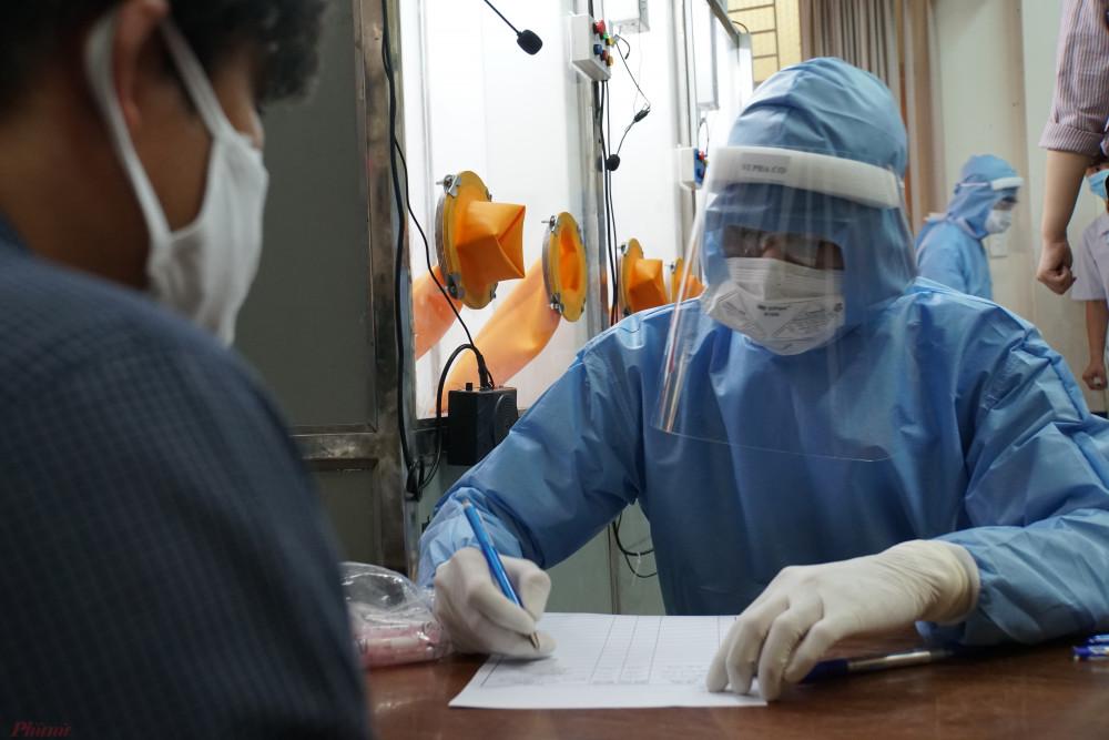 Nhân viên y tế lấy mẫu xét nghiệm COVID-19 tại quận 2.