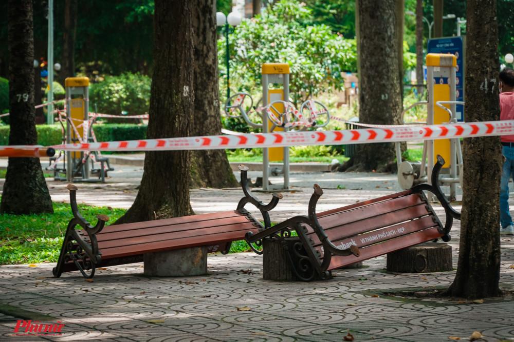 Các ghế dựa trong khuôn viên tập thể dục được lật úp xuống, hạn chế việc người dân xử dụng