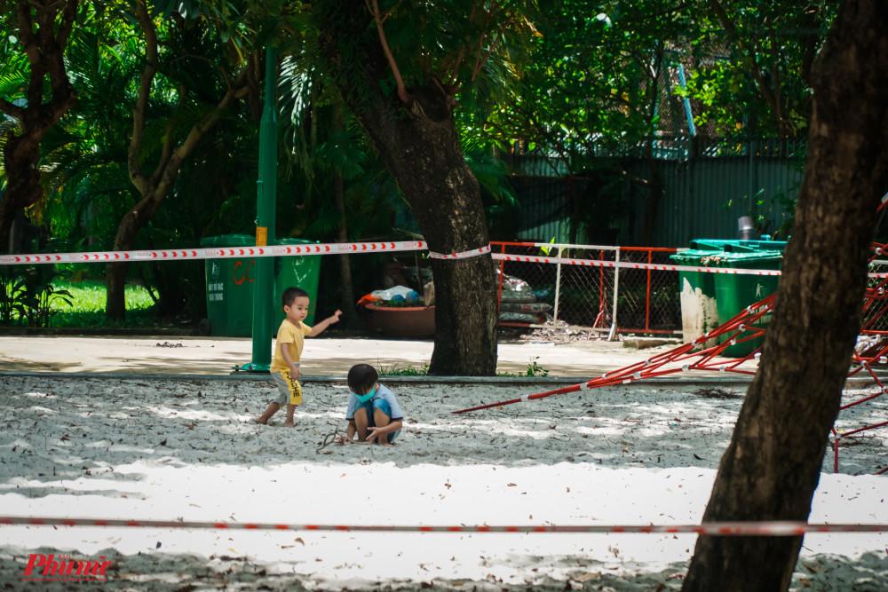 Tại công viên Lê Văn Tám, các em nhỏ được phụ huynh dẫn và công viên dạo chơi và quên mất khu vực này đang tạm ngừng hoạt động