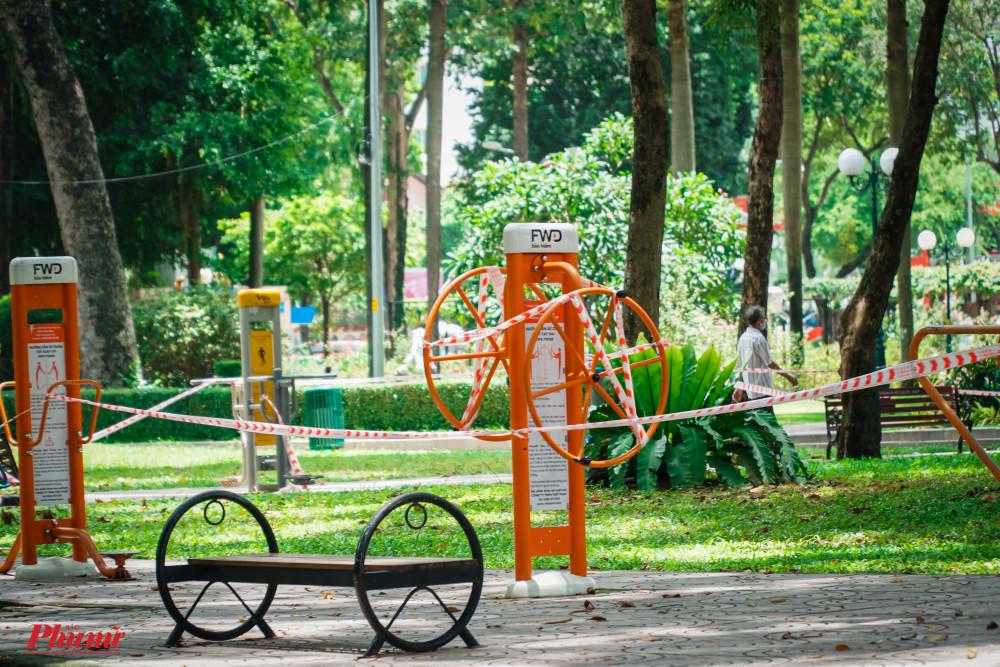 Tại công viên Tao Đàn, các thiết bị tập thể dục được được rào chắn lại, tạm ngừng hoạt động.