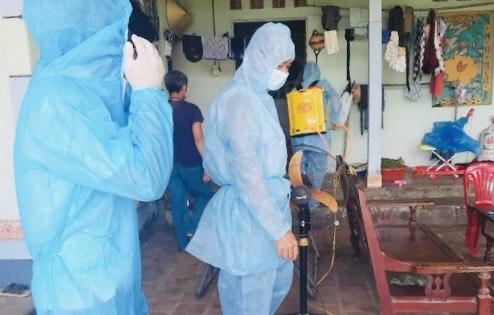 Lực lượng y tế của Thanh Hóa khử trùng khu vực sinh sống của ca F1 theo quy định.