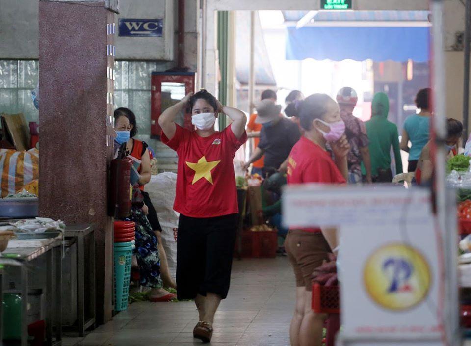 Cờ đỏ sao vàng nổi bật phía bên trong một khu chợ