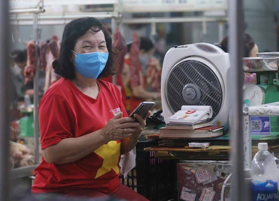 Các tiểu thương tin tưởng ngành Y tế Việt Nam sẽ chiến thắng dịch COVID-19 trong thời gian sớm nhất.