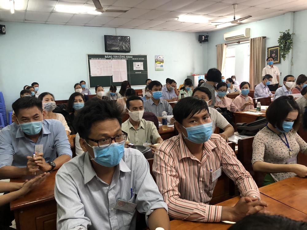 Cám bộ coi thi tại điểm thi Trường THPT Tam Phú (Thủ Đức) họp đầu buổi thi