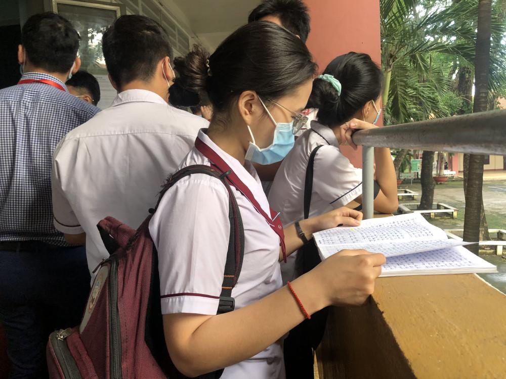 Những thí sinh đến sớm tranh thủ ôn bài trước giờ vào phòng thi