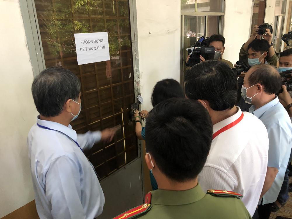 Đoàn thanh tra của Bộ GD-ĐT kiểm tra bảo mật của phòng đựng đề thi