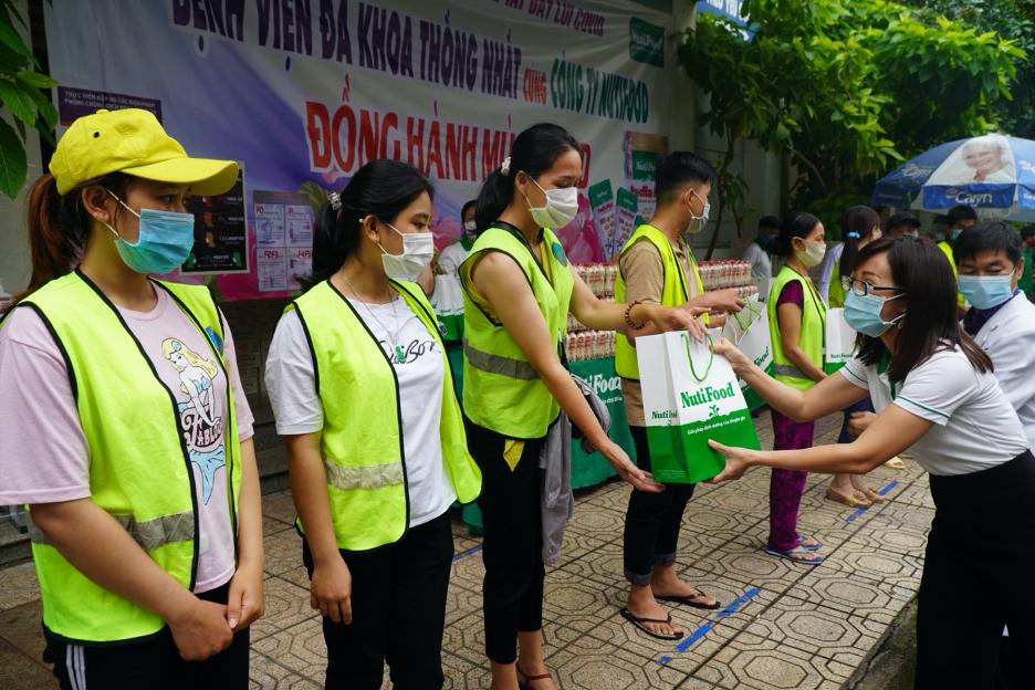 Bác sĩ Trần Thị Lệ - Tổng giám đốc NutiFood ủng hộ tinh thần người nhà bệnh nhân tại Bệnh viện đa khoa Thống Nhất Đồng Nai. Ảnh: NutiFood