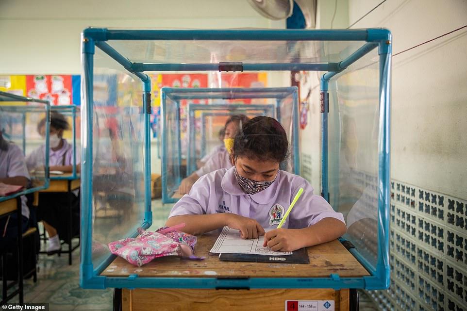Tất cả học sinh đều được kiểm tr anhiệt độ và thông báo kết quả cho phụ huynh.