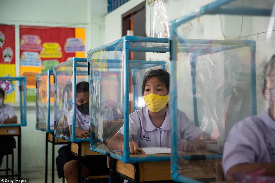 Chính quyền địa phương cà các giáo viên đã tự thiết kế hộp nhựa giãn cách cho học sinh.