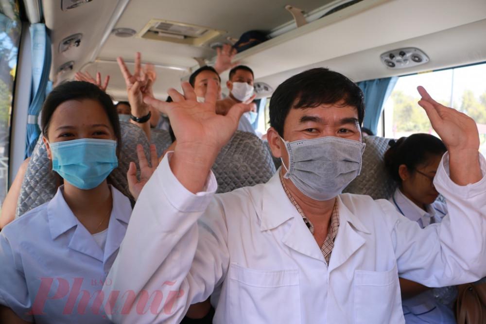 Đến gần 11 giờ đâòn 40  Y- Bác sĩ tình nguyện chi viện cho Đà Nẵng bắt đầu lên xe, trong ánh mắt của tất cả mọi người đều  hạnh phúc, vãy tay chào tàm biệt  quê hương