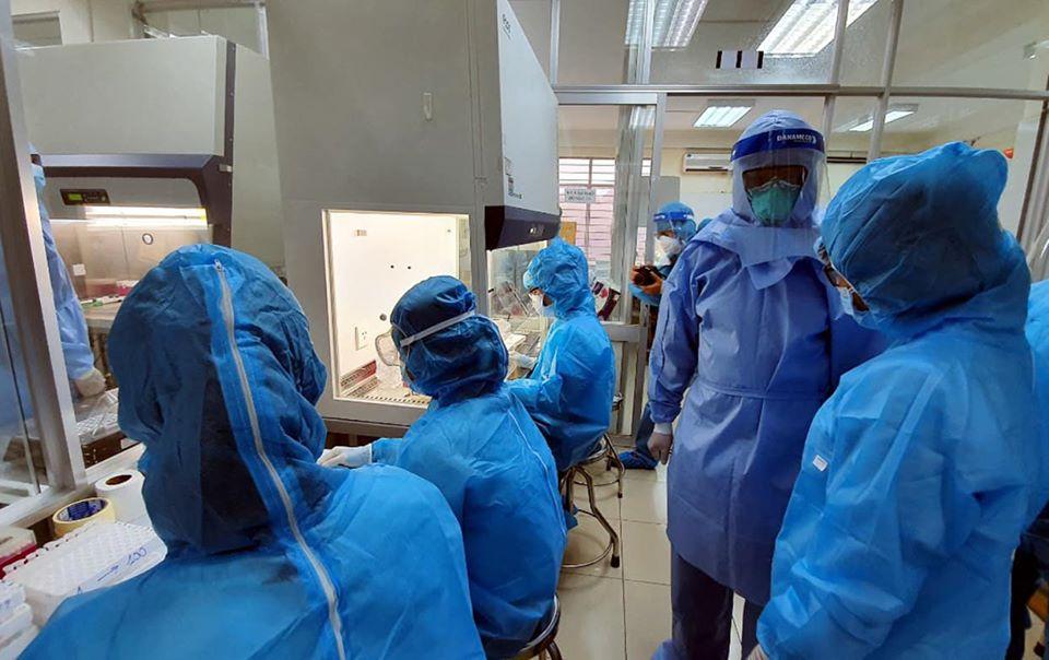 Tại Trung tâm Kiểm soát bệnh tật Đà Nẵng, bất kể ngày đêm, hàng chục nhân viên làm việc liên tục để sớm truy tìm virus SARS-CoV-2 các bộ phận khác giám sát, cách ly và chặn đứng sự lây lan của dịch bệnh tại TP Đà Nẵng. Tính đến hiện tại, địa bàn thành phố có 4 cơ sở được cấp phép, xét nghiệm chẩn đoán COVID-19 bằng phương pháp Realtime-PCR, gồm: Bệnh viện Đà Nẵng, Bệnh viện Phổi Đà Nẵng, Bệnh viện 199 - Bộ Công An và Trung tâm Kiểm soát bệnh tật Đà Nẵng.