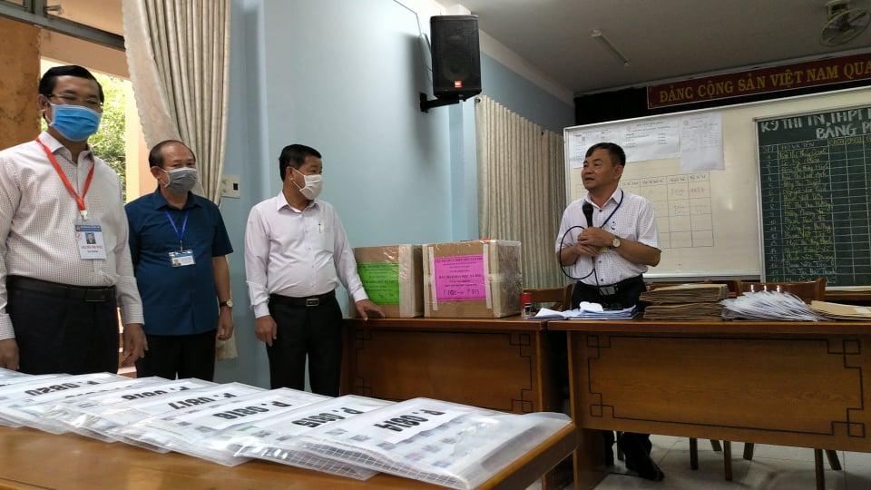 Thứ trưởng Nguyễn Văn Phúc (bìa trái) kiểm tra, nhắc nhở các khâu bảo quản đề thi, bài thi tại điểm thi ở Bình Dương