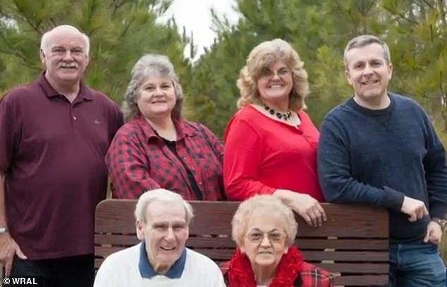 Hai vợ chồng già và 4 người con trong tiệc kỷ niệm 70 năm ngày cưới hồi tháng 7 vừa qua