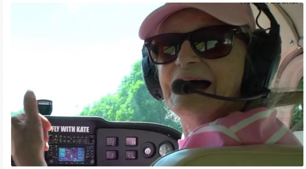 """Cụ bà đang thực hiện chuyến bay cuối cùng trước khi """"nghỉ hưu"""" ở tuổi 99, đồng thời ghi tên minh vào sách Kỷ lục Guiness. Ảnh: News Break"""